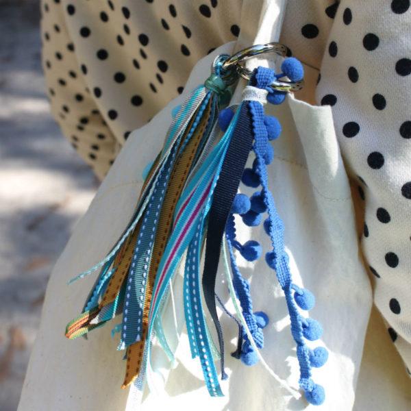 pompon pour sac bleu DIY