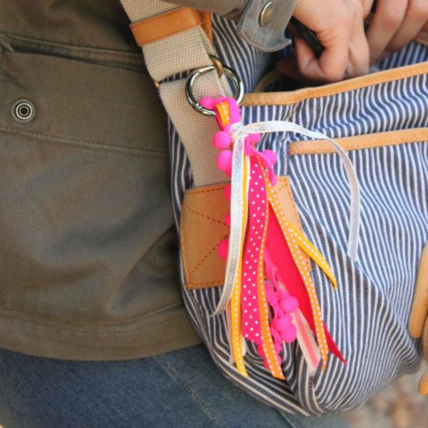 DIY cadeau fille pompon bijou de sac